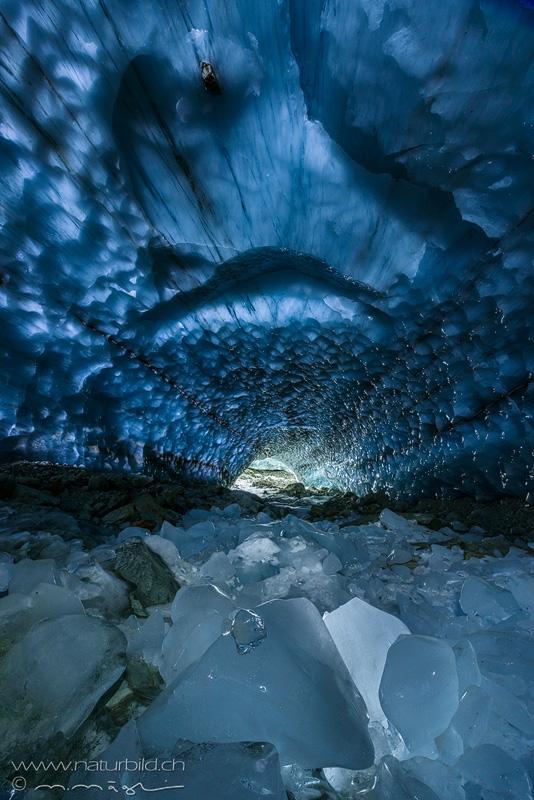 Loetschental Gletscherhoehle glasig