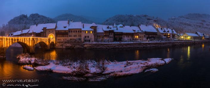Panorama St Ursanne bei Nacht Winter