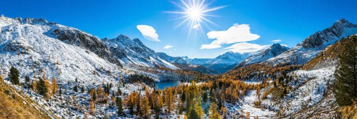 Panorama verschneiter Herbstwald Bergsee